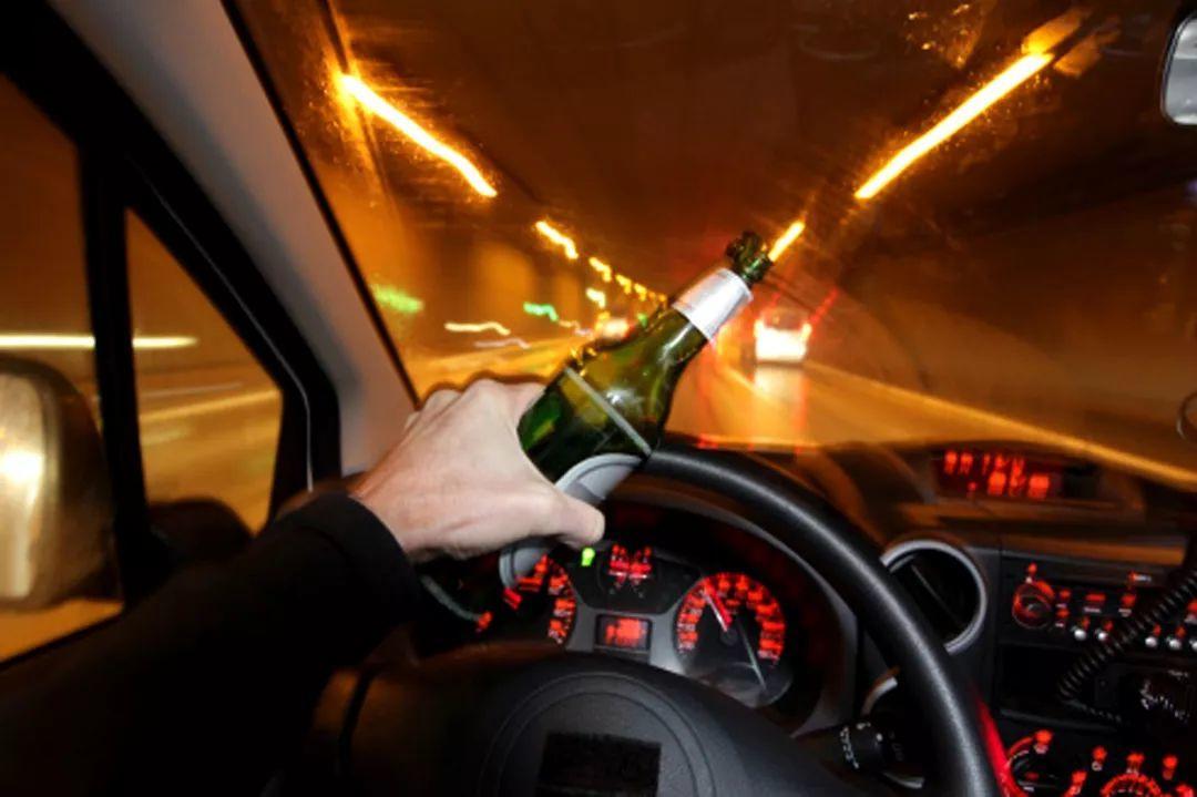 男子当交警面猛灌半瓶白酒:你怎么证明我酒驾?