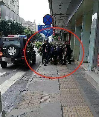 《依法开枪的中国警察,帅!》