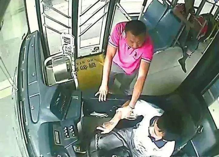 《拉拽公交司机?警察蜀黍:危害公共安全,遇一个抓一个!》